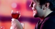 """Ce spun medicii despre cei care """"se fac roșii ca racul"""" la față când beau alcool"""