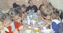 Povestea preotului miner care îngrijeşte zeci de copii